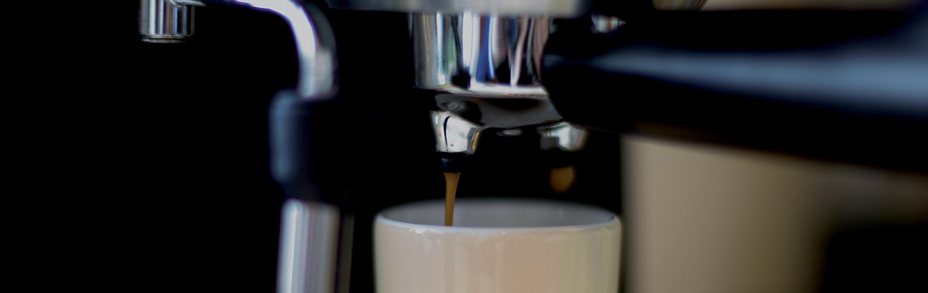 macchina del caffe e tazza